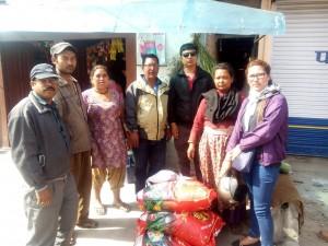 Ramesh, Ishwor und Subin (alle Mitglieder der Boris Hess Foundation Nepal) mit Ujna und Amrita (Mitglieder der Peter Hess Akademie Nepal) beim Verteilen der Hilfe in den Lagern rund um Bhaktapur …