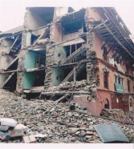 Damit diese Häuser genutzt werden können, werden Holzstützen eingezogen und der Schutt beiseite geräumt …