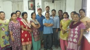 Ramesh, Ishwor und Subin mit den dankbaren Empfängern der Spenden in den Räumen der Chandra Handicrafts Bhaktapur