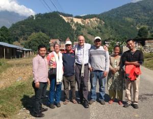 Bei unserem Treffen mit dem Schulleiter und weiteren Schulförderern in Betrawati, einem kleinen Dorf, das besonders vom Erdbeben betroffen war. Hier starten wir ein Schulbauprojekt