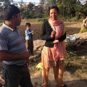 und auch direkt in Bhaktapur werden wir ein Schulprojekt fördern . hier ist Ramesh im Gespräch mit der Schulleiterin