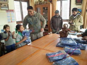 Naresh und Ramesh von der Boris Hess Foundation Nepal beim Verteilen der Schulkleidung