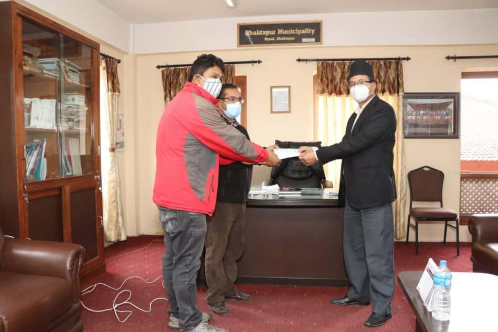 … überreicht von Sunil Prajapati, Stadtchef von Bhaktapur Napa